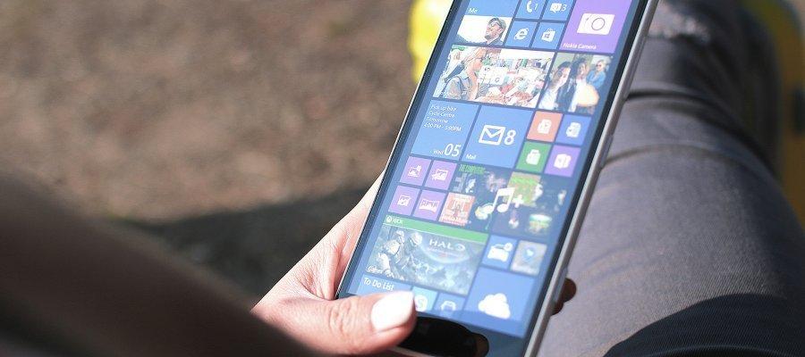 smartphone-frau-knie-900-400